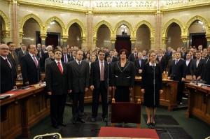 A Nemzeti Emlékezet Bizottságának elnöke, Földváryné Kiss Réka (j) és a bizottság tagjai, Soós Viktor Attila, Ötvös István, Máthé Áron és Bank Barbara (b-j) esküt tesztnek megválasztásukat követően az Országgyűlés plenáris ülésén 2014. február 3-án. Mögöttük jobb szélről Navracsics Tibor miniszterelnök-helyettes, közigazgatási és igazságügyi miniszter, Rogán Antal, a Fidesz frakcióvezetője (j2), Orbán Viktor miniszterelnök (j3), balról Hende Csaba honvédelmi miniszter, Németh Zsolt, a Külügyminisztérium parlamenti államtitkára (b2). MTI Fotó: Kovács Attila