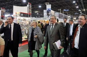 Fazekas Sándor vidékfejlesztési miniszter megtekinti a 21. Fegyver, Horgászat, Vadászat (FeHoVa) nemzetközi kiállítást a Hungexpo Budapesti Vásárközpont A pavilonjában 2014. február 13-án. Az érdeklődők február 16-ig tekinthetik meg a kiállítást. MTI Fotó: Kovács Attila
