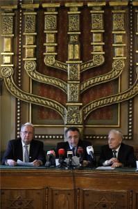 Budapest, 2014. február 9. Tordai Péter alelnök (b), Heisler András elnök (k) és Zoltai Gusztáv ügyvezető igazgató (j) sajtótájékoztatót tartanak a Magyarországi Zsidó Hitközségek Szövetségének (Mazsihisz) közgyűlése után a szervezet Síp utcai székházában 2014. február 9-én. MTI Fotó: Kovács Attila
