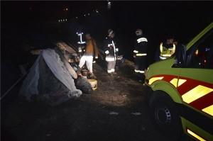 Tűzoltók, rendőrök és mentőautó a XV. kerületi Aporháza utcához közeli fás területen, ahol égési sérüléseket szenvedett hat hajléktalan 2014. január 4-én éjszaka. Egy több főből álló társaság gyújtott tüzet a területen. A tűz körül hat ember szenvedett égési sérüléseket egy gyúlékony anyagot tartalmazó flakon belobbanásától. Hárman súlyosan, hárman pedig a kézfejükön könnyebben sérültek. Mind a hat embert kórházba szállította az Országos Mentőszolgálat. MTI Fotó: Mihádák Zoltán