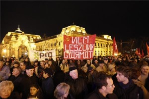 Résztvevők a baloldali összefogás pártjainak demonstrációján a Sándor-palota előtt, ahol a paksi atomerőmű bővítése ellen tiltakoznak 2014. február 10-én. MTI Fotó: Szigetváry Zsolt