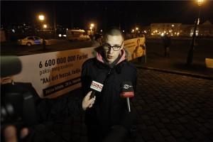 Falusi Vajk, a Fidelitas alelnöke tévéstáboknak nyilatkozik a Sándor-palota előtt pártja ellentüntetésén, amelyet a baloldali összefogás pártjainak a paksi atomerőmű bővítése ellen tiltakozó demonstrációja alatt tartanak 2014. február 10-én. MTI Fotó: Szigetváry Zsolt
