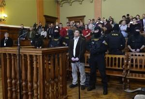 Budapest, 2014. február 10. Portik Tamás (középen) hallgatja az ítéletet az ellene és két társa ellen emberölés bűntette miatt indult büntetőper tárgyalásán a Fővárosi Törvényszék tárgyalótermében 2014. február 10-én. A bíróság első fokon tizenegy év fegyházra ítélte Portik Tamást felbujtóként elkövetett minősített emberölés miatt a Prisztás-gyilkosság ügyében. A másodrendű vádlott tettesként 10 évet kapott, a harmadrendű vádlottat felmentették. MTI Fotó: Bruzák Noémi
