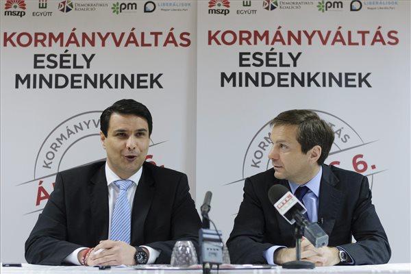 Mesterházy Attila, a Magyar Szocialista Párt elnöke, az ellenzéki összefogás miniszterelnök-jelöltje (b) és Bajnai Gordon volt miniszterelnök, az Együtt-PM szövetség vezetője debreceni lakossági fórumuk előtt tartott sajtótájékoztatójukon a Vasutas Egyetértés Művelődési Központban 2014. március 27-én. MTI Fotó: Czeglédi Zsolt