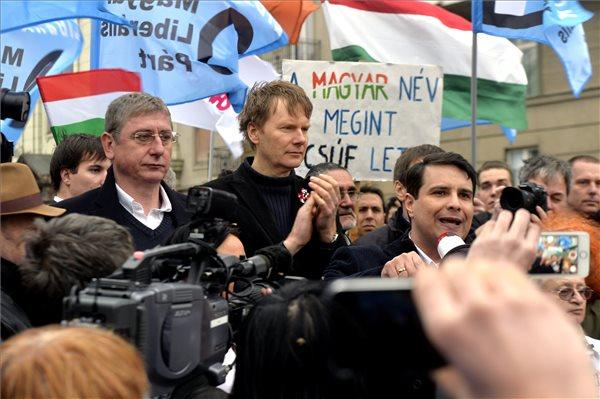 Mesterházy Attila, a MSZP elnöke beszél Budapesten, a Petőfi téren, miután bejelentették, hogy a várható vihar és az erős szél miatt elmarad az ellenzéki összefogás délutáni tüntetése 2014. március 15-én. Mellette Gyurcsány Ferenc, a Demokratikus Koalíció elnöke (b) és Fodor Gábor, a Magyar Liberális Párt elnöke (b2). MTI Fotó: Máthé Zoltán