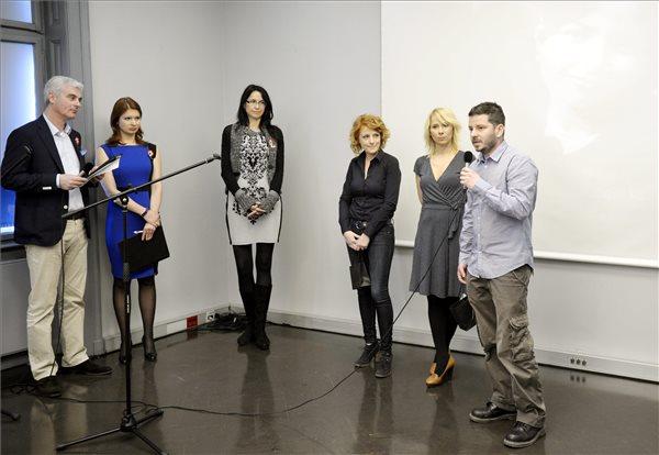 Hajdú D. András, az Origo internetes portál fotóriportere beszél (j), aki kollégájával, Magócsi Mártonnal közösen kapta a Hégető Honorka megosztott díjat, valamint Serdült Szilvia (j2) és Boros Krisztina (j3), az RTL Klub szerkesztői, Hégető Honorka-díjasok az elismerések átadóján Budapesten, a Terror Háza Múzeumban 2014. március 14-én. Balról Szellő István, az RTL Klub műsorvezetője (b) és Andor Éva, a TV2 műsorvezetője, valamint Hégető Hajnalka. MTI Fotó: Beliczay László