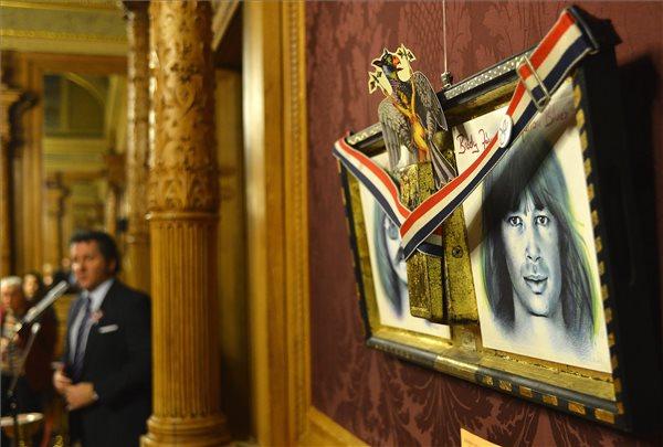 Szyksznian Wanda Szörényi Levente wah-wah pedálja, Bródy János gitárhevedere című alkotása a Hungarikonok gyűjtemény kiállításának megnyitóján az Operaházban 2014. március 14-én. A kiállítás a hónap végéig látogatható. MTI Fotó: Illyés Tibor