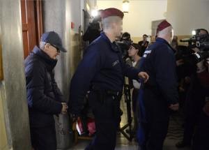 Simon Gábor volt MSZP-s országgyűlési képviselőt kísérik rendőrök a Pesti Központi Kerületi Bíróságon, ahol előzetes letartóztatásáról dönt a bíróság 2014. március 12-én. MTI Fotó: Kovács Tamás