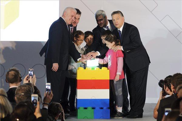 Orbán Viktor miniszterelnök (j) és Kovács Ferenc polgármester, Jesper Hassellund Mikkelsen, a Lego Manufacturing Kft. ügyvezető igazgatója, Bali Padda, a Lego Csoport ügyvezető alelnöke (b-j), valamint a Nyíregyházi Gárdonyi Géza Általános Iskola tanulói a Lego Csoport új nyíregyházi gyárának átadásán 2014. március 25-én. MTI Fotó: Czeglédi Zsolt