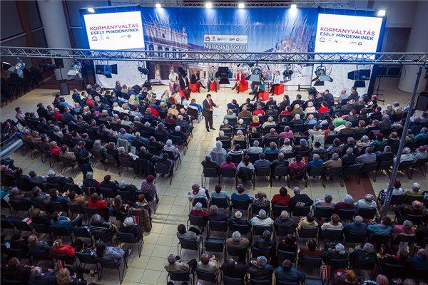 Mesterházy Attila, a kormányváltó erők miniszterelnök-jelöltje (k) beszédet mond a Nyíregyházi Főiskolán tartott lakossági fórumon 2014. március 25-én. MTI Fotó: Balázs Attila