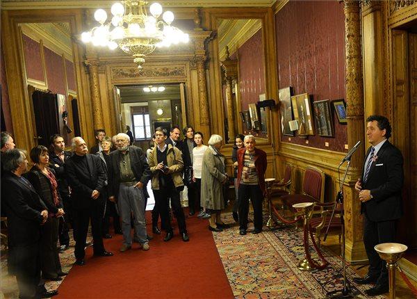 Ókovács Szilveszter, a Magyar Állami Operaház főigazgatója (j) mond beszédet a Hungarikonok gyűjtemény kiállításának megnyitóján az Operaházban 2014. március 14-én. A kiállítás a hónap végéig látogatható. MTI Fotó: Illyés Tibor