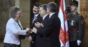 Jókai Annának, az MMA rendes tagjának, Kossuth-díjas írónak, esszéistának gratulál Orbán Viktor miniszterelnök, miután az író átvette a Kossuth Nagydíjat Áder János köztársasági elnöktől (b2) a Kossuth- és Széchenyi-díjak, valamint a Magyar Érdemrend kitüntetéseinek ünnepélyes átadásán, az 1848-49-es forradalom és szabadságharc évfordulója alkalmából a Parlament kupolacsarnokában 2014. március 14-én. Jobbról Kövér László, az Országgyűlés elnöke. MTI Fotó: Kovács Attila