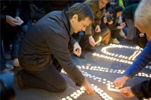 Bajnai Gordon volt miniszterelnök, az Együtt-PM szövetség vezetője mécsest gyújt a szövetség flashmobján, amelyet az orosz csapatok Ukrajnából való kivonásáért, az Ukrajnában élő kisebbségek jogainak védelméért, valamint a magyar kormány Ukrajna melletti kiállásáért tartottak a budapesti orosz nagykövetség előtt 2014. március 2-án. MTI Fotó: Kallos Bea