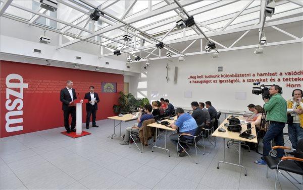 Mesterházy Attila, a Magyar Szocialista Párt elnöke (j) Botka László, a párt választmányának vezetője sajtótájékoztatót tart a választmány ülése után az MSZP Jókai utcai székházában 2014. április 12-én. MTI Fotó: Máthé Zoltán