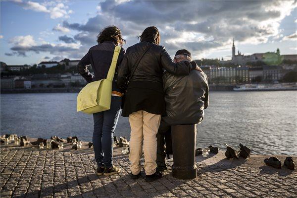 Megemlékezők a Cipők a Duna-parton emlékműnél a fővárosi id. Antall József rakparton a holokauszt magyarországi áldozatainak emléknapján, 2014. április 16-án. MTI Fotó: Mohai Balázs
