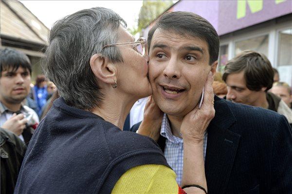 Egy asszony megcsókolja Mesterházy Attila miniszterelnök-jelöltet, az MSZP elnökét az újpalotai vásárcsarnoknál tartott ötpárti sajtótájékoztatón 2014. április 5-én. MTI Fotó: Koszticsák Szilárd