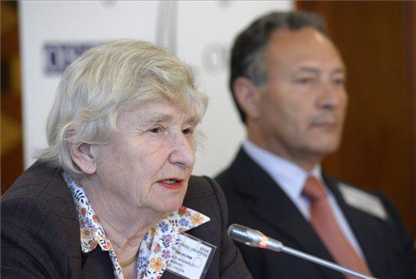 Jenny Hilton, az EBESZ Parlamenti Közgyűlése megfigyelési missziójának vezetője, brit parlamenti képviselő (b) beszél, mellette Adao Silva, az EBESZ megfigyelői küldöttség rövidtávú megfigyelési missziójának különleges koordinátora, portugál parlamenti képviselő a Magyarországon tartózkodó nemzetközi választási megfigyelők sajtótájékoztatóján a Kempinski Hotel Corvinusban 2014. április 7-én. MTI Fotó: Soós Lajos