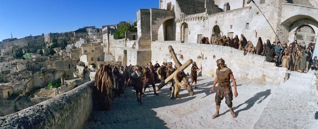 Este A passió című amerikai filmet láthatják a nézők. Mel Gibson alkotása a názáreti Jézus életének utolsó tizenkét óráját megrázó erővel és szép emberi momentumokkal jeleníti meg. A Megváltó szerepét Jim Caviezel, Máriáét Maia Morgenstern alakítja (M1 23.00).