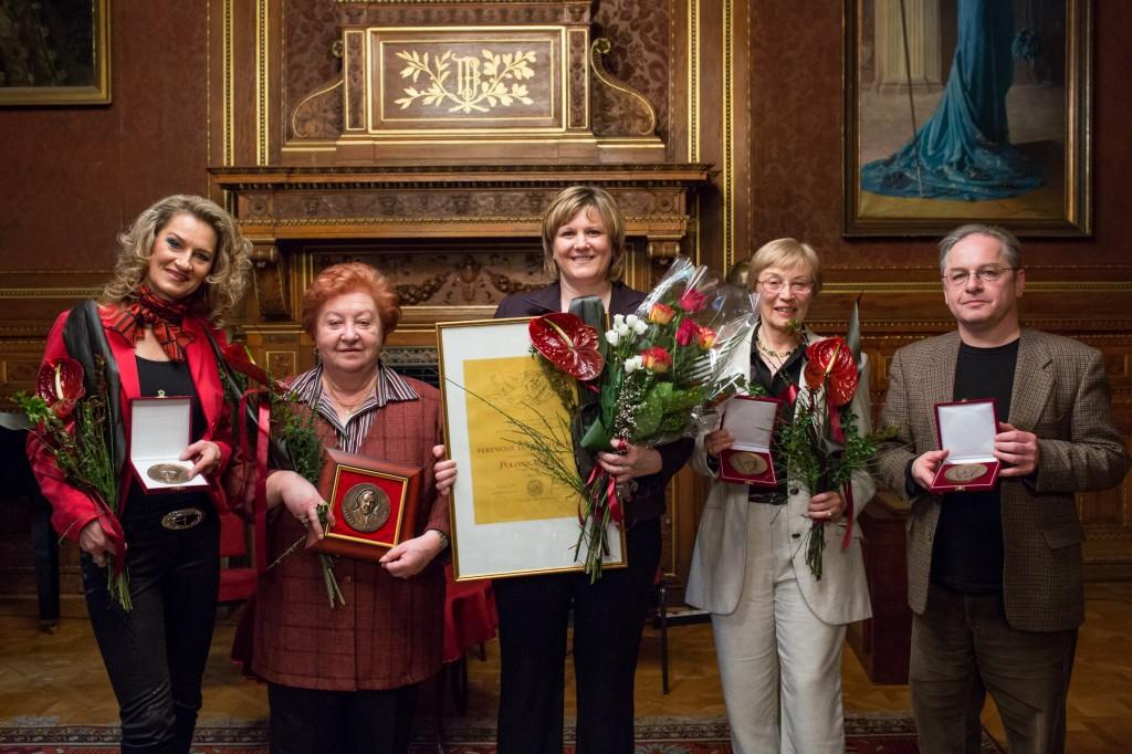 Április 17-én öt operaházi művész vett át kitüntetést. Hárman az Oláh Gusztáv emlékére 1977-ben alapított plakettet nyerték el, átadták továbbá az idei Ferencsik- és Gela-plakettet is. Rálik Szilvia_Kaszás Ildikó_Polonkai Judit_Sebestény Katalin_Harazdy Miklós_foto_Herman Péter