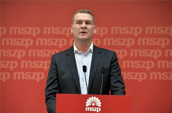 Botka László, a Magyar Szocialista Párt választmányának vezetője a testület ülése után tartott sajtótájékoztatón a párt Jókai utcai székházában 2014. április 12-én. MTI Fotó: Máthé Zoltán