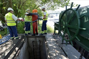 A Fővárosi Csatornázási Művek (FCSM) egyik búvára az aknában végzett ellenőrzés után a főváros IV. kerületében, a Váci út és Árpád út sarkánál, ahol a Duna magas vízállása miatt elzárták a csatornazsilipet 2014. május 19-én. A Duna vízszintjének emelkedése miatt az FCSM magasvízi üzemmódra állt át, lezárták a mélyebben fekvő csapadékvíz-csatornákat és felkészültek az árvízi üzemmódra. MTI Fotó: Illyés Tibor