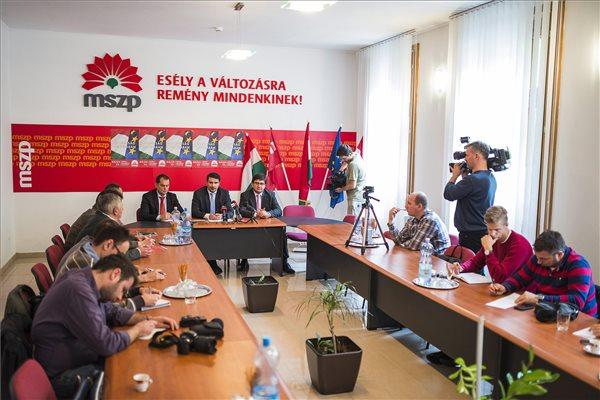 Középen Mesterházy Attila, az MSZP elnöke és frakcióvezetője (k), mellette Mudri György (b) és Veres János (j), EP-képviselőjelöltek az Egy hét múlva EP-választás címmel tartott sajtótájékoztatón Nyíregyházán az MSZP megyei irodájában 2014. május 18-án. MTI Fotó: Balázs Attila