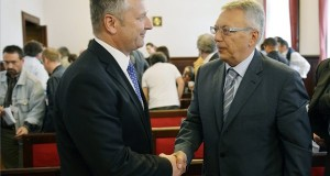 Molnár Gyula volt újbudai szocialista polgármester (b) és Lakos Imre volt szabaddemokrata alpolgármester az ellenük hivatali visszaélés vádja miatt indult per harmadfokú tárgyalásán a Kúrián 2014. május 20-án. A Kúria jogerősen felmentette a vádlottakat. MTI Fotó: Beliczay Lászl