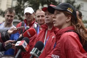 Szanyi Tibor, a magyar Szocialista Párt európai parlamenti listájának vezetője (j2), valamint Kolozs András (b2), Gúr Roland (b3) és Tüttő Kata (j), a párt EP-képviselőjelöltjei sajtótájékoztatót tartanak a Magyarország EU-csatlakozásának 10. évfordulója alkalmából rendezett futóverseny után Budapesten, a Deák téren 2014. május 11-én. MTI Fotó: Kallos Bea