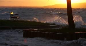 A viharos északi szél miatt kicsap a Balaton vize a balatonfenyvesi szabadstrandnál 2014. május 14-én. Több Balaton-parti településen már elrendelték a védekezést a tó magas vízállása és az egyre erősödő széllökések miatt a parthoz közeli épületek megóvása érdekében. MTI Fotó: Varga György