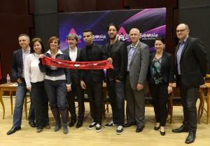 A fotón: Kállay-Saunders András mellett Szakos Krisztián zeneszerző-producer (j4), Medveczky Balázs, a Magyar Televízió (MTV) Nonprofit Zrt. vezérigazgatója (j3), Püspök Szilvia, az MTVA nemzetközi referense (j2), Gundel Takács Gábor műsorvezető (j), Tabár Zoltán (b) és Halász Mariann (b2) , az énekes menedzserei és Nyitrai Kata, A Dal 2014 című műsor főszerkesztője (b3). MTI Fotó: Bruzák Noémi