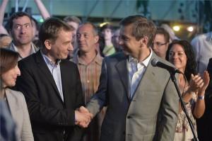 Bajnai Gordon, az Együtt-PM vezetője, megválasztott európai parlamenti (EP-) képviselője (j) és Jávor Benedek, az Együtt-PM és a Párbeszéd Magyarországért társelnöke kezet fog a pártszövetség eredményváróján Budapesten, egy Dob utcai szórakozóhelyen az európai parlamenti választás napján, 2014. május 25-én. Jobbra Szabó Tímea, az Együtt-PM társelnöke, országgyűlési képviselő, balra Szelényi Zsuzsanna, az Együtt-PM európai parlamenti képviselőjelöltje. MTI Fotó: Máthé Zoltán