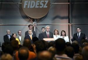Orbán Viktor miniszterelnök (b4), valamint Schöpflin György, Gál Kinga, Szájer József, Gyürk András, Deli Andor, Tőkés László, Bocskor Andrea, Pelczné Gáll Ildikó és Kósa Ádám, a Fidesz-KDNP pártszövetség megválasztott EP-képviselői a Himnuszt éneklik pártszövetség eredményváróján Budapesten, a Millenárison az európai parlamenti választás napján, 2014. május 25-én. MTI Fotó: Beliczay László