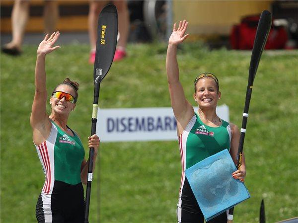Az elsőként célba érkező Farkasdi Ramóna és Nagy Flóra a K-2 1000 méteres döntője után a Nemzetközi Kajak-kenu Szövetség világkupa-sorozatának idei harmadik, egyben utolsó versenyén, Szegeden 2014. május 24-én. MTI Fotó: Kovács Anikó