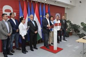 Mesterházy Attila, az MSZP elnök-frakcióvezetője (k) és Hannes Swoboda, az Európai Parlament szocialista frakciójának vezetője, valamint az MSZP európai parlamenti listáján szereplő jelöltek, Winkfein Csaba (b), Mudri György, Gurmai Zita, Szanyi Tibor listavezető és Gúr Roland (b-j) a párt kampányzáró sajtótájékoztatóján 2014. május 24-én. MTI Fotó: Kovács Attila