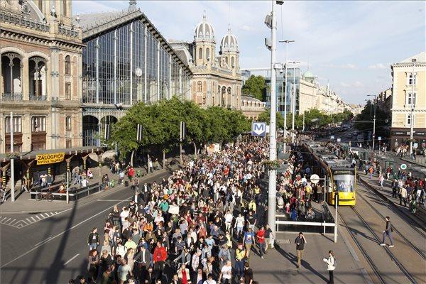 Az origo.hu távozó főszerkesztője melletti szimpátiatüntetés résztvevői vonulnak Budapesten, a Nyugati térnél 2014. június 3-án. A tiltakozók korábban az Origo szerkesztősége előtt demonstráltak. MTI Fotó: Szigetváry Zsolt