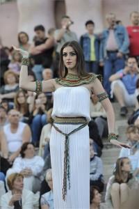 Egy modell budapesti és szegedi divatiskolák növendékei által tervezett ókori egyiptomi ihletésű ruhát mutat be a szegedi Móra Ferenc Múzeum előtt felállított színpadon a Múzeumok éjszakáján 2014. június 21-én. MTI Fotó: Kelemen Zoltán Gergely