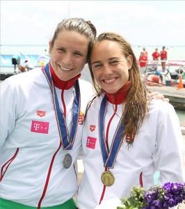 Az olimpiai bajnok Risztov Éva (b) és Olasz Anna a nyíltvízi úszók 10 km-es Európa Kupájának eredményhirdetésén Balatonfüreden, a Magyar Úszás Napján 2014. június 21-én. MTI Fotó: Kovács Anikó