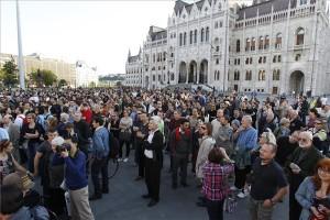 Az origo.hu távozó főszerkesztője melletti szimpátiatüntetés résztvevői az Országház előtti Kossuth téren 2014. június 3-án. A tiltakozók korábban az Origo szerkesztősége előtt demonstráltak. MTI Fotó: Szigetváry Zsolt