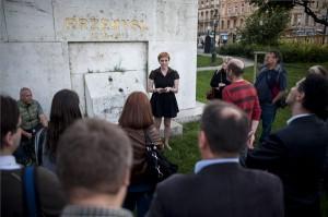 Hajdu Mária, az LMP emlékezetpolitikai szakszóvivője beszédet mond a párt nemzeti összetartozás napja alkalmából tartott megemlékezésén, a Margit híd budai hídfőjénél lévő Przemysl emlékműnél 2014. június 3-án. MTI Fotó: Marjai János