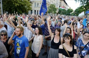 A szabad sajtóért demonstráló civilek Budapesten az Alkotmány utcában 2014. június 9-én. A demonstrációt a Kettős Mérce blog szervezte. MTI Fotó: Beliczay László