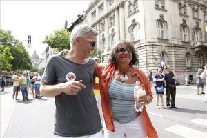 Alföldi Róbert színművész, rendező és Király Júlia, a Magyar Nemzeti Bank (MNB) volt alelnöke a 19. Budapest Pride, a leszbikus, meleg, biszexuális, transznemű és queer (LMBTQ) közösség fesztiváljának felvonulása előtt Budapesten, az Alkotmány utcában 2014. július 5-én. MTI Fotó: Szigetváry Zsolt