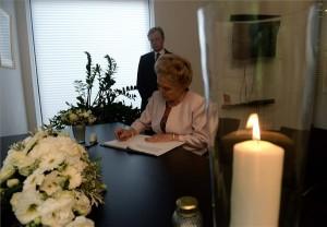 Mátrai Márta, az Országgyűlés háznagya ír a malajziai utasszállító repülőgép katasztrófájában elhunyt áldozatok emlékére kihelyezett részvétnyilvánító könyvbe a holland nagykövetség II. kerületi épületében 2014. július 22-én. MTI Fotó: Bruzák Noémi