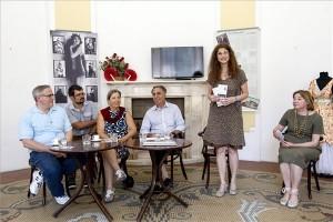 David Hayes, a New York Choral Society zeneigazgatója (b) Nicolette Jelen-Bánffy, Bánffy Miklós unokája, kórustag (b3), Daniel Hubert koncertszervező (j3), Szebeni Zsuzsa, a Bánffy-év koordinátora (j2) és Ács Piroska, az Országos Színháztörténeti Múzeum igazgatója (j) a New York Choral Society első budapesti fellépése alkalmából tartott sajtótájékoztatón a múzeumban 2014. július 7-én. MTI Fotó: Szigetváry Zsolt