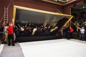 A múzeum munkatársai leemelik a falról Munkácsy Mihály Krisztus Pilátus előtt című festményét a debreceni Déri Múzeumban 2014. július 14-én. A Munkácsy-trilógia része visszakerül a kanadai Hamilton Galériába. MTI Fotó: Balázs Attila