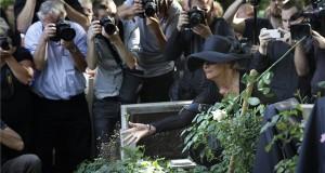 Bajor Imre özvegye a színész temetésén a Farkasréti temetőben 2014. augusztus 22-én. A színművész életének 58. évében, augusztus 6-án hunyt el. MTI Fotó: Szigetváry Zsolt