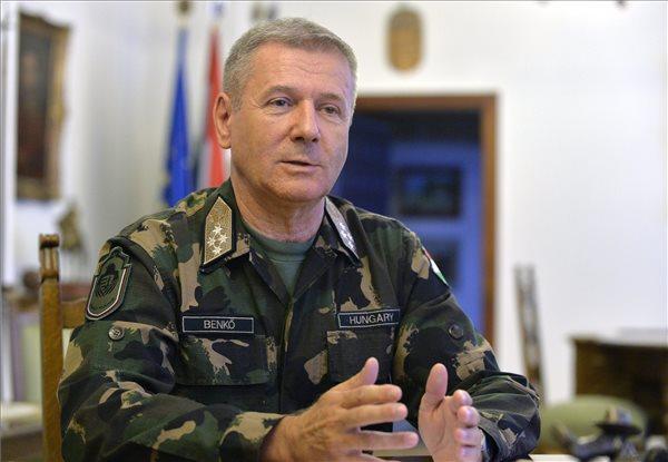 Benkő Tibor, a honvédvezérkar főnöke interjút ad az MTI újságírójának a Honvédelmi Minisztériumban 2014. augusztus 15-én. MTI Fotó: Máthé Zoltán