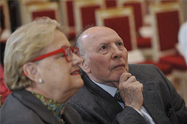 Kertész Imre Nobel-díjas író és felesége, Kertész Magda a Magyar Szent István Rend ünnepélyes átadása előtt Budapesten, a Sándor-palotában 2014. augusztus 20-án. MTI Fotó: Kovács Attila