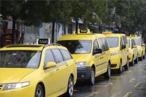 Sárga taxik Budapesten, a Bajcsy-Zsilinszky úton 2014. szeptember 1-jén. A fővárosban mától csak sárga taxik közlekedhetnek. Az új taxirendelet egy évvel ezelőtti bevezetése után minden taxisnak meg kellett újítania engedélyét, annak egyik feltétele volt a jármű sárgára színezése. MTI Fotó: Soós Lajos