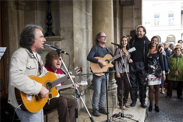 A KFT együttes performansza az Operaház évadnyitó társulati ülése előtt, 2014. szeptember 1-jén. MTI Fotó: Mohai Balázs