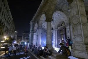Érdeklődők a Színházak éjszakáján az Operaház művészbejárója előtt 2014. szeptember 20-án. MTI Fotó: Máthé Zoltán